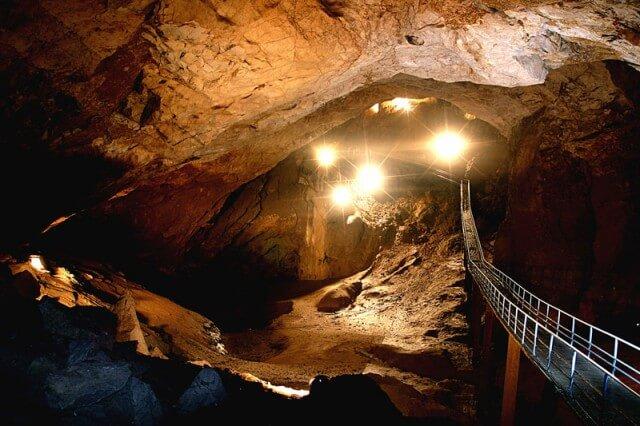 Мости в Новоафонській печері.